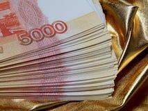 Valuta russa per 5000 rubli su un fondo dell'oro Fotografie Stock Libere da Diritti
