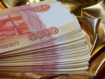 Valuta russa per 5000 rubli su un fondo dell'oro Fotografia Stock Libera da Diritti