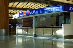 Valuta som utbyter kiosket i den Singapore Changi flygplatsen Arkivbild