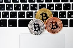 Valuta sul computer portatile della tastiera, concetto elettronico del bitcoin di valuta di oro di finanza Monete di Bitcoin Affa fotografia stock