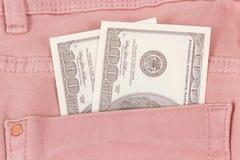 Valutadollaren i byxa stoppa i fickan Kontantbetalning f?r att shoppa royaltyfria foton