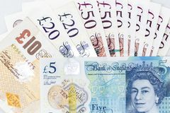 Valutasedlar fördelade över brittiskt pund för ram i olik valör royaltyfri foto