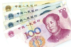 Valutasedlar fördelade över ramporslinet renminbi i olik valör royaltyfri foto