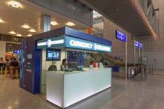 Valutautbyte på flygplatsen Arkivfoto