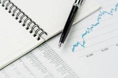 Valutazione del rendimento, bilancio, economia o investimento di affari concentrati immagini stock libere da diritti