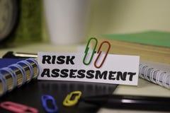 Valutazione del rischio sulla carta isolata su scrittorio Concetto di ispirazione e di affari immagine stock