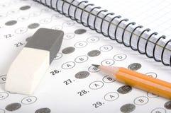 Valutazione del test con la matita, il taccuino e la gomma Fotografia Stock