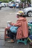 Valute indonesiane di scambi della donna in una via di Jakarta vicino alla stazione di Kota fotografia stock