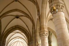 Valv och kolonner i kyrkan Arkivbilder