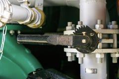 Valve de levier installée sur le tuyau de décharge de la pompe de pompe à incendie photos libres de droits