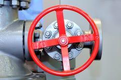 Valve industrielle rouge sur le réseau de pipe-lines photo stock