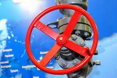 Valve industrielle rouge sur le réseau de pipe-lines images stock