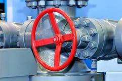 Valve industrielle rouge sur le réseau de pipe-lines photo libre de droits