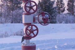 Valve rouge de gas ou de pétrole pendant l'hiver photo libre de droits