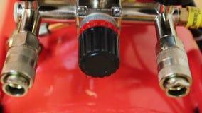 Valves d'indicateurs de pression de manomètre et de robinet de vidange de réservoir de compresseur d'air banque de vidéos