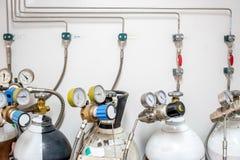 Valves de l'azote, de l'hélium, du réservoir d'air de l'oxygène et du mètre zéro de pression de gaz avec le régulateur pour surve images stock