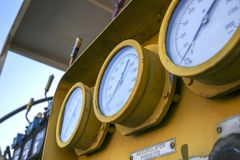 Valves et indicateurs dans l'industrie pétrolière  photographie stock libre de droits