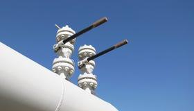 Valves verticales sur un gazoduc images libres de droits