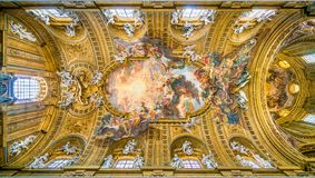 Valvet med `en Triumph av namnet av Jesus ` av Giovanni Battista Gaulli, i kyrkan av Jesus i Rome, Italien fotografering för bildbyråer