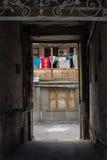 Valvgång i den gamla gården Royaltyfri Foto