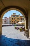 Valvgång till piazzadellanfiteatroen i Lucca, Italien Royaltyfri Bild