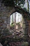 Valvgången i fördärvar av en gammal kyrka Royaltyfria Bilder
