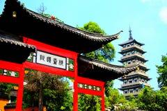Valvgången och tornet av den spensliga västra sjön i den Yangzhou staden fotografering för bildbyråer