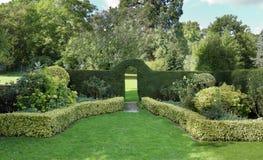 Valvgång in i en engelsk landskapträdgård Arkivbild