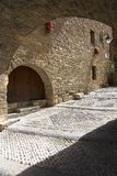Valvgångar på Plazaborgmästare, i Ainsa, Huesca, Spanien i Pyrenees berg, en gammal walled stad med bergstoppsikter av Cinca och  Arkivbild