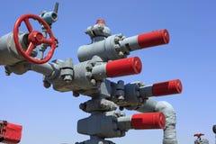 Valvola della conduttura del giacimento di petrolio immagine stock