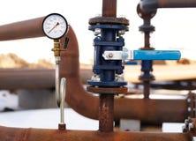 Valvola e manometro blu sul tubo arrugginito immagine stock libera da diritti