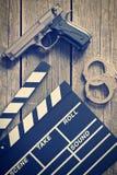 Valvola e pistola di film con le manette Immagine Stock