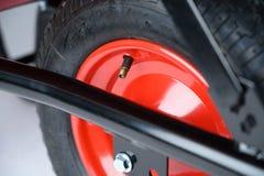 Valvola e pneumatico della ruota della carriola immagine stock libera da diritti