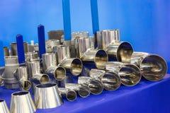 Valvole e montaggi dei rubinetti sulla mostra sanitaria dell'attrezzatura fotografia stock