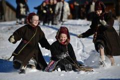 Vama,罗马尼亚, 2017年1月20日:穿传统服装的孩子使用与在高雪的雪橇 免版税库存照片