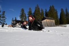 Vama, Ρουμανία, στις 20 Ιανουαρίου 2017: Νέα κορίτσια που φορούν το παραδοσιακό παιχνίδι κοστουμιών στο χιόνι Στοκ εικόνα με δικαίωμα ελεύθερης χρήσης