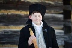 Vama, Romania, il 20 gennaio 2017: La ritrattistica di un uso del ragazzo tradizionale dal corno lungo ha chiamato il bucium Fotografia Stock