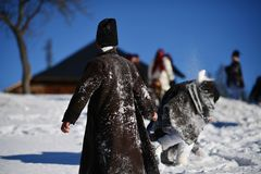 Vama, Rumänien, am 20. Januar 2017: Junge Mädchen, die das traditionelle Kostüm spielt auf Schnee tragen Stockfotografie