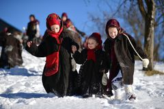 Vama, Rumania, el 20 de enero de 2017: Chicas jóvenes que llevan el traje tradicional que juega en nieve Imágenes de archivo libres de regalías