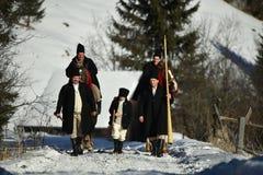 Vama, Rumania, el 20 de enero de 2017: Los habitantes que jugaban por el cuerno largo llamaron bucium Imagen de archivo libre de regalías