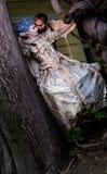 Vampier die middeleeuwse vrouw omhelst Stock Afbeeldingen
