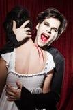 Vampir hat im Stutzen einer Frau gebissen stockfotografie