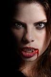 Vampir mit den blutigen Zähnen Stockfoto