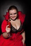 Vampire avec de verre complètement du sang Photo stock