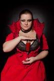 Vampire avec de verre complètement du sang Image libre de droits