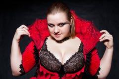 Vampire dans la robe rouge avec le premier collet Image libre de droits