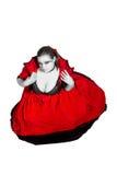 Vampire dans la robe rouge se reposant sur l'étage Photos stock