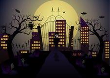 Vampire dans le cimetière pour voir la ville à la lumière de la pleine lune Images stock