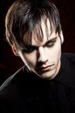 Vampire mâle regardant vers le bas Image libre de droits
