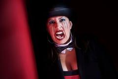 Vampirfrau im Spitzenhut Stockfoto